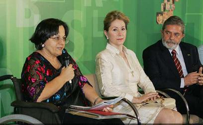 a Ellen Gracie, então presidenta do STF e o presidente Lula, na solenidade de sanção da lei,em 2006 - AgBr