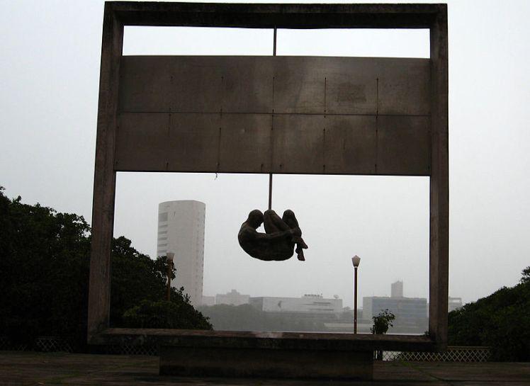 Monumento Tortura Nunca Mais no Cais da Aurora, no Recife. Escultura do piauiense Demétrio Albuquerque - Foto: PCR