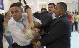 Ativistas do grupo Femen Brasil, são retiradas à força do shopping onde está instalada a Casa de Vidro do BB 13 - Fotos  capturadas na Folha UOL