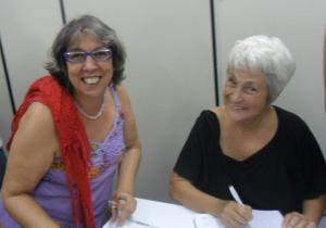 Rachel Moreno autografa o livro para Terezinha Vicente, da Ciranda.Net - Foto capturada no FB da autora