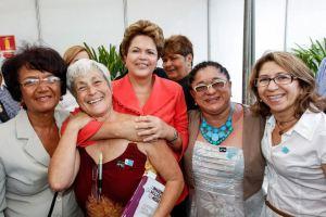 A presidenta Dilma recebe o livro de Rachel Moreno, ao lado de Sônia Lima e outras feministas de João Pessoa - Foto enviada por Sônia Lima