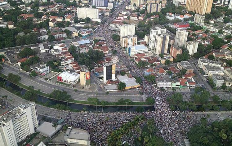 A imagem do protesto no Recife - Foto de uma certa Wanessa, capturada a partir do Twitter