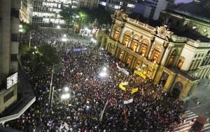 Milhares nas ruas de São Paulo por transporte público de qualidade - Foto capturada na Rede Brasil Atual