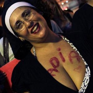Rogéria Peixinhos vai envergar o hábito, sua fantasia nas manifestações - Reprodução Facedbook