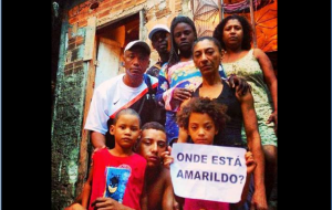 A família de Amarildo segura o cartaz perguntando por seu paradeiro