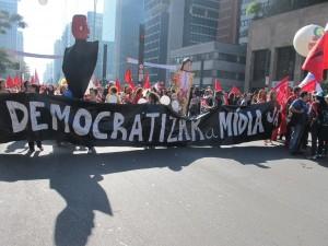 A Paulista encara a mídia e adere aos bonecos gigantes - Foto capturada em Vi o Mundo