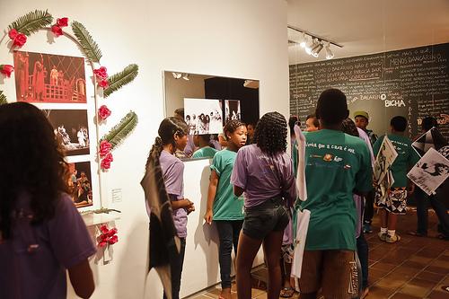 Crianças e jovens de bibliotecas comunitárias na Mostra de Literatura do festival recifense A Letra e a Voz