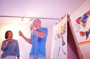 O ilustrador André Neves em ação, com a mediação da irmã, Elma Neves, também ilustradora convidada
