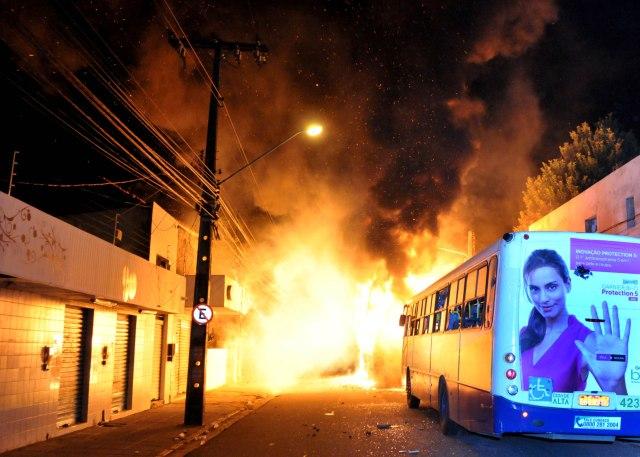 O Recife pega fogo durante protestos pelo passe livre, na quarta - Fotos Beto Oliveira/Lumen