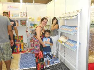 Fabiana Coelho, O Menino Balão e suas crianças no estande da Releitura na  Bienal Internacional do Livro - fotos: Sandro Elói/EducGuri/Releitura PE