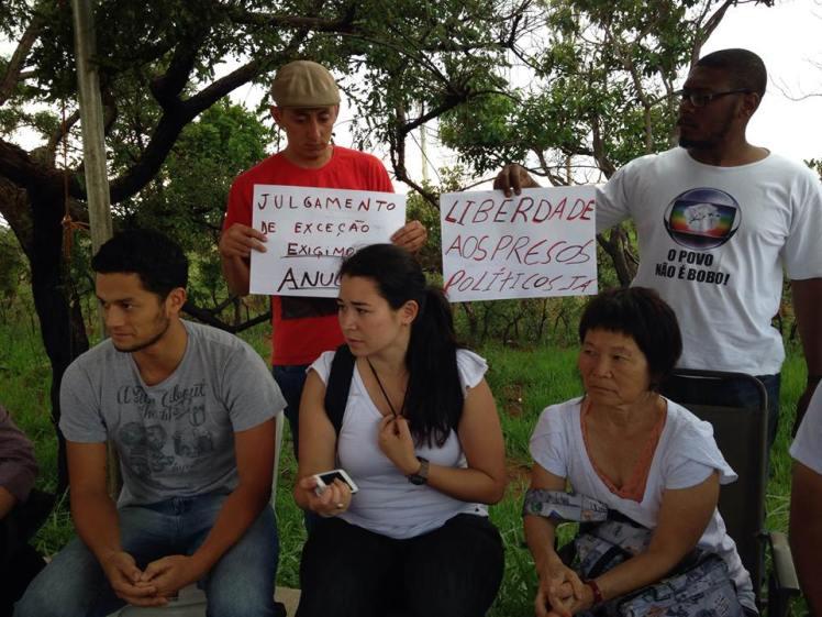 Rioco, Miruna e Ronan, esposa e filhos de Genoíno, em vigília em frente a Papuda - Foto capturada bio FB/Débora Cruz