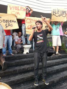 Rafael Freire, presidente do Sindicato dos Jornalistas da Paraíba, em ato em frente ao Sistema Correio