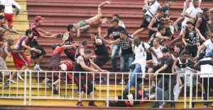 Cenas de barbárie entre as torcidas do Vasco e do Atlético-PR -Foto capturada no Blog do Juca Kfouri
