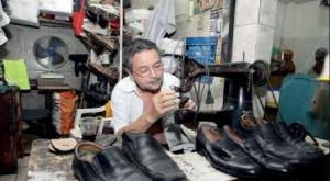 Antônio Alves também passa ao filho o ofício de sapateiro