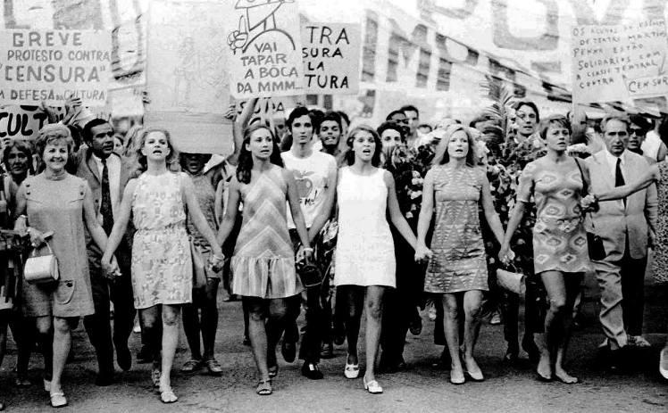 Mulheres-artistas encabeçam protesto contra a censura, na Cinelândia, Rio de Janeiro - 12 de fevereiro de 1968 - Foto: Agência JB, capturada na página Nunca Mais - Brasilientag no FB