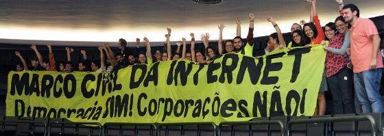 Ativistas pelo direito à comunicação celebram no plenário da Câmara dos Deputados - Foto capturada em Carta Maior