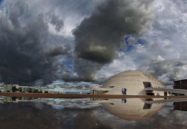 O Museu Biblioteca Nacional, na Esplanada dos Ministérios e o teto baixo de Brasília nos fazem sentir parte indissociável do Universo