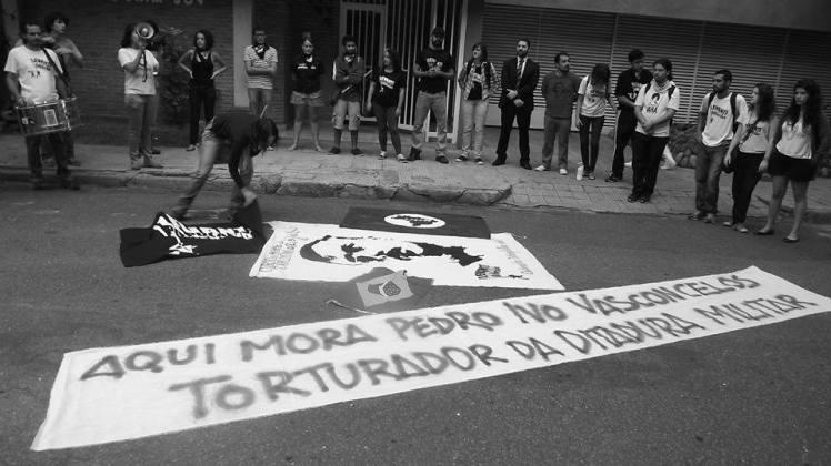 Escracho promovido em BH, neste 1º de Abril pelo Levante Popular da Juventude - Foto capturada no FB