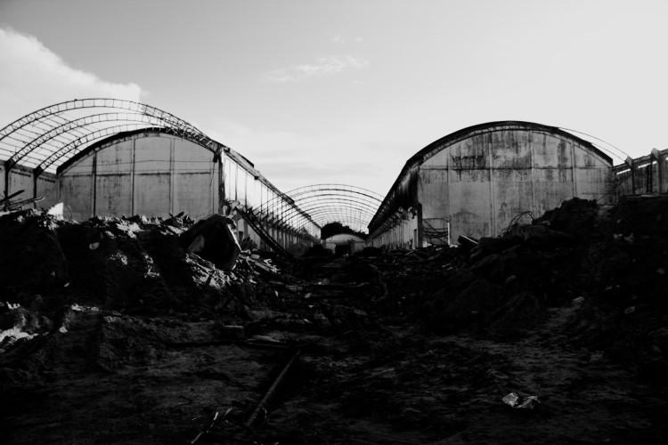 Demolição dos galpões no Cais Estelita foi iniciada na calada da noite, mas embargada provisoriamente pelo Iphan, mobilizado pelos ocupantes - Foto capturada no blogue do MDU