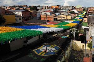 Moradores de um bairro em Manaus investiram na decoração para a Copa no Brasil - Foto: Pictwitter de @Silas Lima/RT@Stanley Burburinho