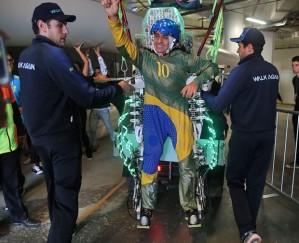 Na foto, o teste do exo-esqueleto que permitiu ao para-atleta dar pontapé inicial simbólico na abertura da Copa.  Anos de preparo para sete minutos de divulgação - Foto capturada no GGN
