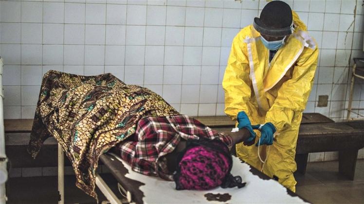 funcionário de saúde do governo atende uma paciente no Centro de Tratamento Kenema de Ebola - Foto: Tommy Trenchard/ IRIN/Agência Pública