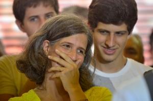 Rodeada pelos filhos, Renata ouve, e gosta, as referências a seu respeito pelo presidente do PSB durante reunião da cúpula do partido no Recife, nesta segunda - Foto: Fernando Frazão/AgBR