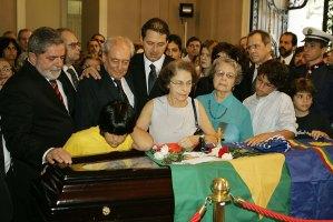 No velório do avô Miguel Arraes, com o colega ministro de Lula, Waldir Pires - Foto: Ricardo Stuckert - PR