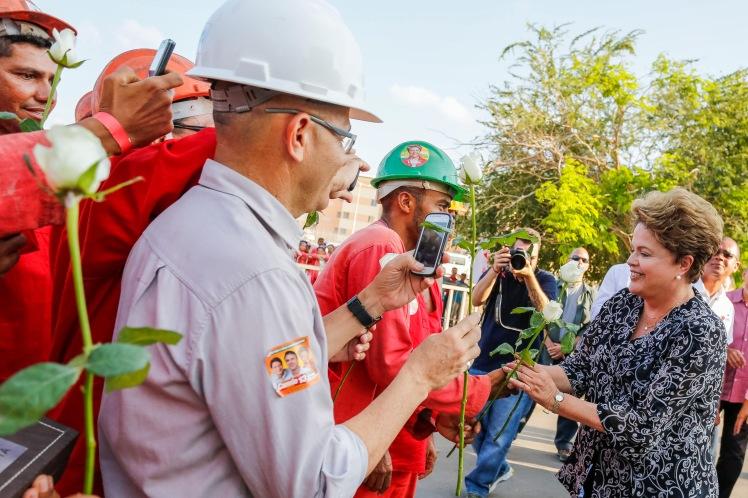 Em Fortaleza, Dilma é recebida com uma rosa no canteiro de obras do Minha Casa Minha Vida - Foto:  Ichiro Guerra/Fotos Públcas