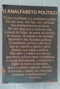 ... o poster com o pensamento de Brecht, que hoje ocupa, solenemente, a parede do banheiro social da nossa casa no Recife