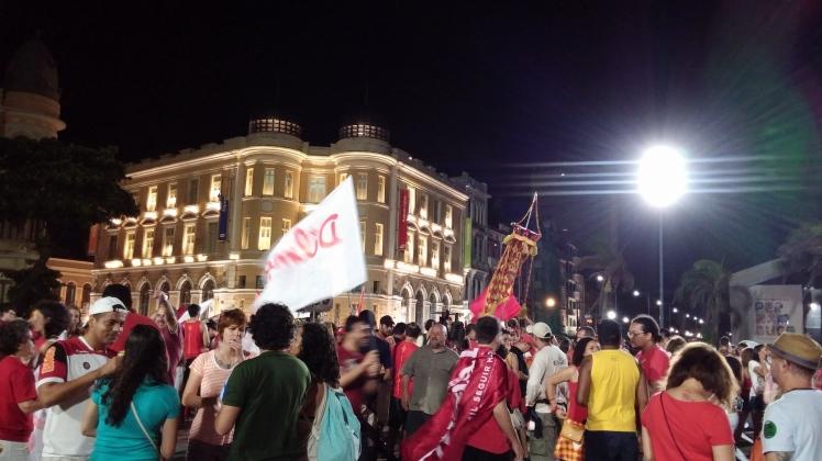 O Marco Zero reuniu milharesna tarde e noite do domingo para o desfile do bloco olindense Eu Acho É Pouco em apoio a Dilma - Foto: SE