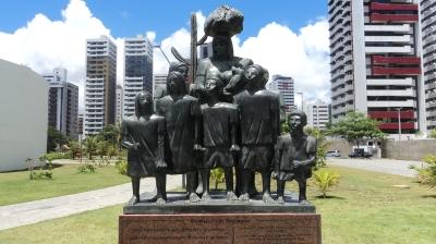 A escultura 'Retirantes' à entrada do Parque Dona Lindu, em Boa Viagem, no Recife, retrata e homenageia a família do ex-presidente, tangida de Penrambuco pela seca, no início dos anos 50. Lula é o pequeno à direita - Foto: Thiago Castro/2011
