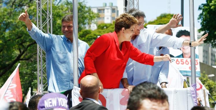 Dilma, entre Pimentel e Josué, na carreata de encerramento da campanha em Belo Horizonte - Foto: Paulo Liebert/Fotos Públicas