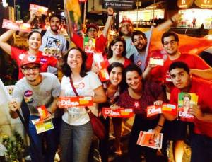 Jovens voluntários assumem a tarefa no Recife: #Dilma13Coraçao ValenteDeNovo - Foto capturada na página do evento no FB