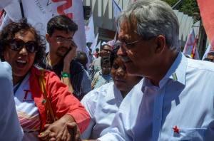 Nilmário Miranda e a jornalista Eneida Costa, nossa amiga comum, no encerramento da campanha em Beagá - Foto capturada no FB