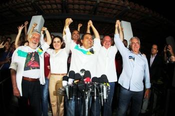 Jaques Wagner comemora a eleição do sucessor, Rui Pimenta e do senador Otto, em Salvador. A capital da Bahia, governada pelo DEM,  é uma das 11 onde Dilma venceu no 1º turno - Foto: Rui Costa/VOVBA/Fotos Públicas