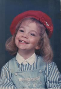 """Carol aos 3 anos, quando começou a aprender a """"refletir"""" - Foto: Álbum de família"""