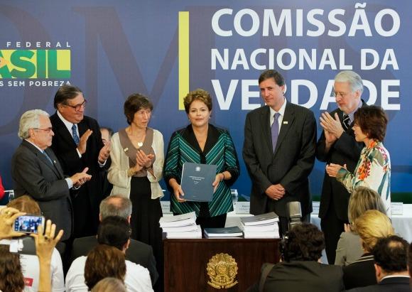 Emocionada, a presidenta Dilma Roussef recebe o Relatório da Comissão Nacional da Verdade por ela criada