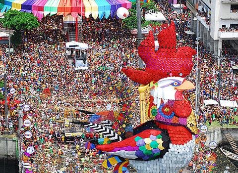 O Galo da Madrugada arrasta multidões pelas ruas do Recife, desde 1978. Cada ano com uma fantasia diferente. A foto da Tribuna Hoje, de Maceió/AL é de 2012