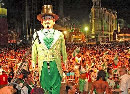 O Homem da Meia Noite é o bloco gigante de Olinda, que sai de sábado para domingo de Zé Pereira . Em 2012, veio ao Recife celebrar seus 80 anos - Foto: Vermelho.org
