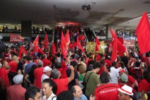 Em Brasília, a rodoviária urbana ficou pequenapara os manifestantes - Foto: Mídia Ninja/FB