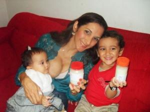 Michele com as crianças mais novas, e a benção do aleitamento solidário - Foto capturada no FB