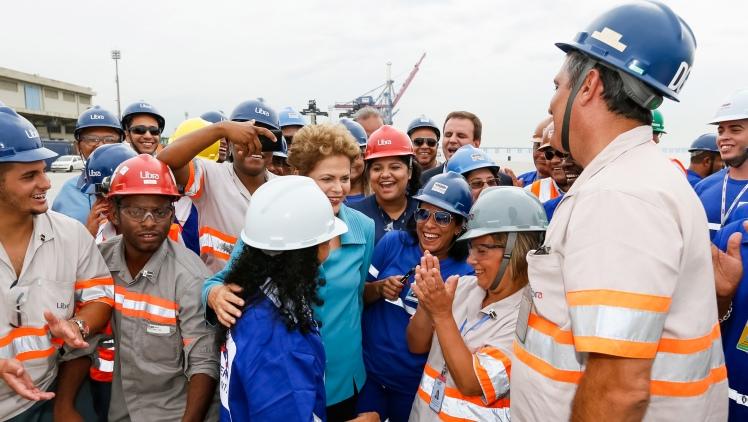 A presidenta Dilma em meio às trabalhadores e os trabalhadores do Porto do Futuro, no Rio de Janeiro,  onde entregou obras de expansão nos terminais privados, na manhã desta quinta - Foto: Roberto Stuckert Filho/PR/Fotos Públicas