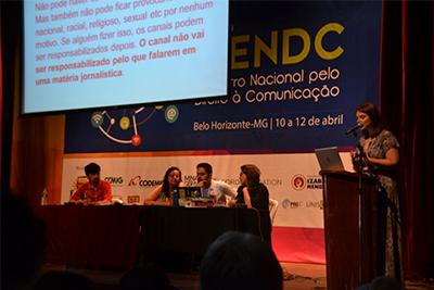 Bia Barbosa, do Intervozes e da coordenação do FNDC, apresenta a minuta do projeto popular da Lei da Mídia Democrática, em processo de coleta de assinaturas. São necessárias 1,3 milhão para dar entrada na Câmara dos Deputados
