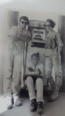 """Euzinha, o fotógrafo Marcelo Prates e uma criança do lugar no """"posto"""" de gasolina de Tiros, no Planalto do São Francisco, a caminho da Serra da Canastra, clicados por Beto Novaes - 1985, todos no O Globo, então"""