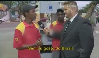 Juliano Dibs, do CQC, com Flaubert, o haitiano assediado por um idiota xenófobo - printado do video do CQC