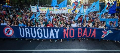 Cinquenta mil uruguaios vão às ruas contra a redução da maioridade em 18/10/14, às vésperas do plebiscito. Apoio ao encarceramento caiu de 75% para 47% após a campanha