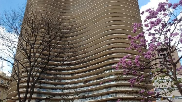 Neste prédio, traçado por Niemeyer, na Praça da Liberdade, morou Tancredo Neves - Foto: SE/Jul 2015