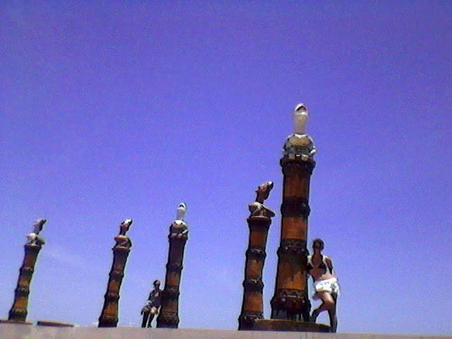 E meio às Ninfas de Brennand no Parque das Esculturas - entre o mar e o estuário do Recife - Marco Zero - Foto: SEsteliam/2007