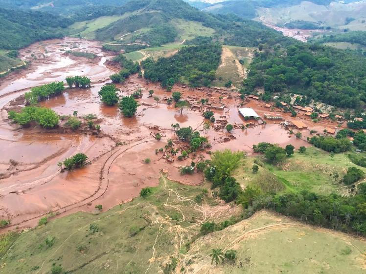 06/11/2015 - Barragem de mineradora se rompe em região de Mariana (MG)- Distrito Bento Rodrigues (Mariana). Imagens desta tarde. Foto: Corpo de Bombeiros
